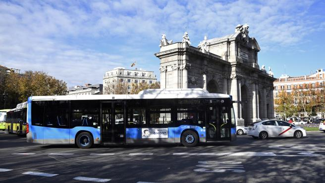 Un autobús de la Empresa Municipal de Transportes (EMT) pasa por la Puerta de Alcalá durante la huelga convocada hoy por los trabajadores de la empresa y coincidiendo con la Cumbre del Clima, en Madrid (España), a 3 de diciembre de 2019.