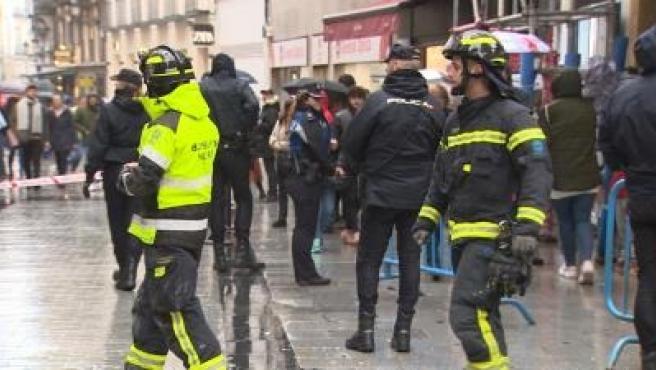 Bomberos y Policía frente a la administración de Doña Manolita de Madrid, cerrada tras la caída de unos cascotes.