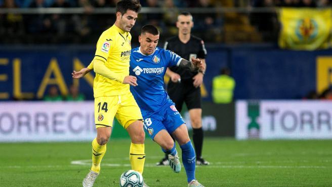 Un jugador del Villarreal protege el balón