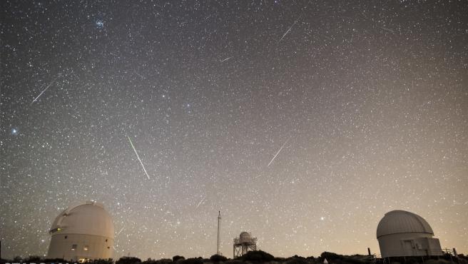 Imagen de archivo de la lluvia de meteoros de las Cuadrántidas desde el Observatorio del Teide.