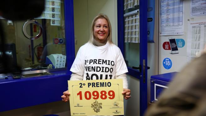 Trabajadores de una administración de loterías de Madrid celebran la suerte repartida en la Lotería de Navidad.