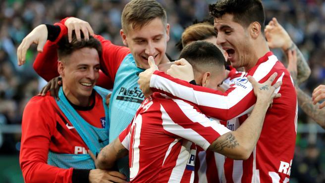 Los jugadores del Atlético celebran uno de los goles al Betis.