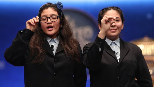 Las dos niñas de la residencia de San Ildefonso, Wendy y Nicole posan con las bolas correspondientes al Tercer Premio de la Lotería de Navidad, con el nº 00750, salido durante el canto de la quinta tabla del Sorteode la Lotería de Navidad 2019.