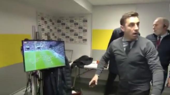 Neville reaccione a la cantada de De Gea.