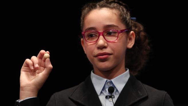 Una de las niñas de la residencia de San Ildefonso, Noura Akrouh , posa con la bola del número premiado con el Primer Premio de la Lotería de Navidad, el Gordo de la Lotería, el nº 26.590.