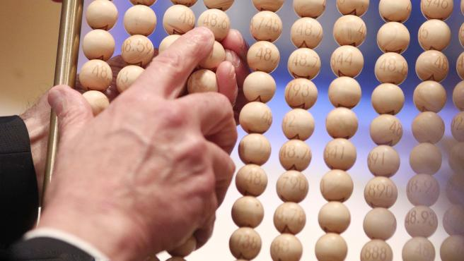 Unos de los lotes de alambres con bolas de los númerosa antes de introducirse en el bombo grande, durante la celebración del Sorteo Extraordinario de la Lotería de Navidad 2019 en el Teatro Real de Madrid (España), a 22 de diciembre de 2019.