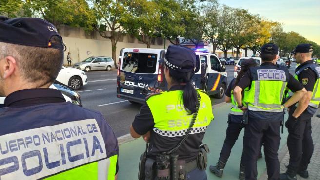 Agentes de la Policía Nacional y Local en Sevilla.