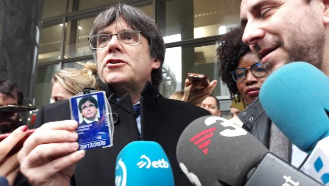El expresidente de la Generalitat Carles Puigdemont posa con su acreditación de eurodiputado a la salida del Parlamento Europeo