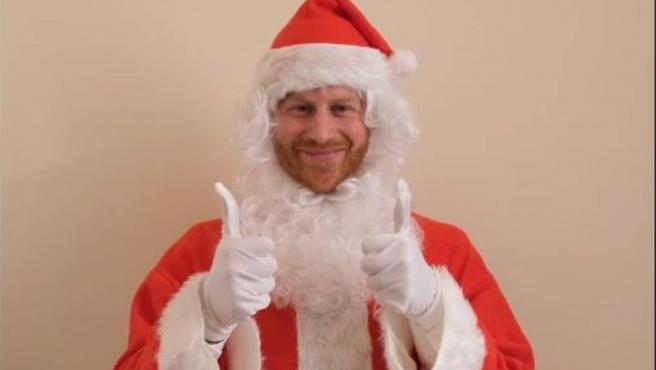 Captura del vídeo en el que aparece el príncipe Harry felicitando la Navidad a los niños.