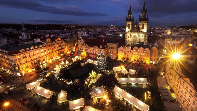 El mercadillo de navidad de la plaza de la Ciudad Vieja, en Praga.