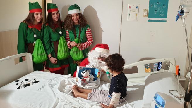 Visita de Papá Noel a pacientes del hospital Quirónsalud Málaga