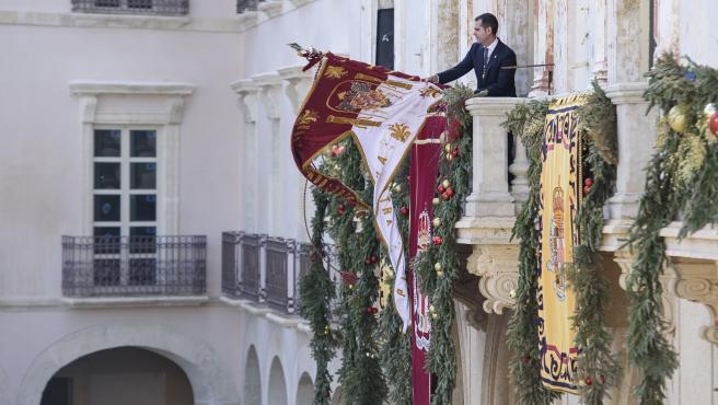 El alcalde de Almería desde el balcón del ayuntamiento tremolea el estandarte del Pendón