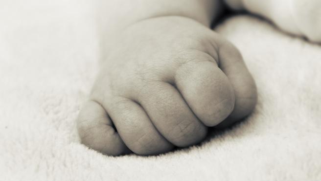 Mano de recién nacido. Bebé.