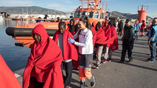 Rescate masivo de migrantes en costas españolas.