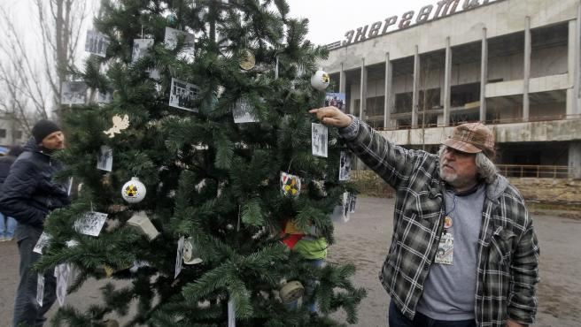 Vecinos de Prípiat decoran el primer árbol de Navidad en la localidad tras el accidente de Chernóbil.