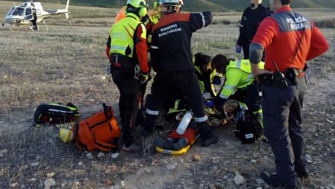 Agentes de la Policía Foral y bomberos atienden al herido en un accidente de ala delta en Tudela