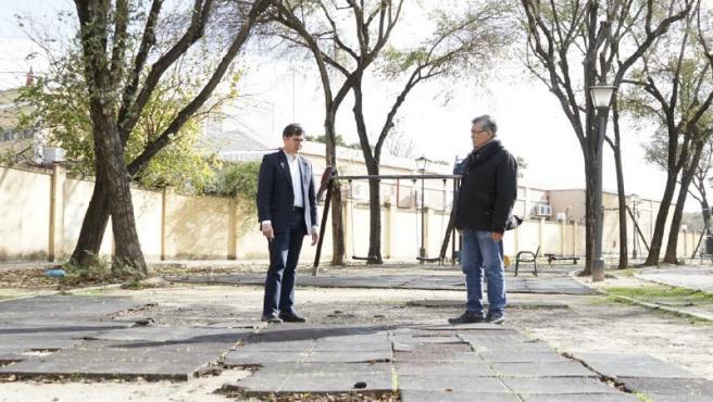 Álvaro Pimentel en su visita al parque infantil de la barriada del Carmen de Triana.