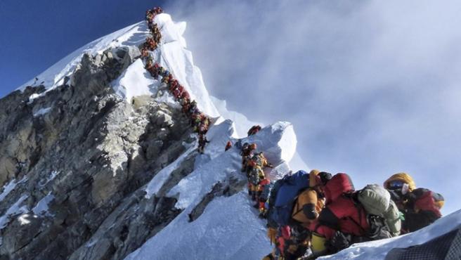 Más de 200 alpinistas colapsaron la cumbre del Everest el pasado 22 de mayo, provocando una peligrosa situación a 8.848 metros de altitud.