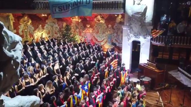 Coro del Orfeó Català con una pancarta de Tsunami Democràtic y banderas esteladas.