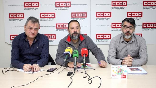 De izda a dcha, Miguel Ángel Brezmes, Javier Moreno y Gonzalo Díez explican la situación de Aleia Roses