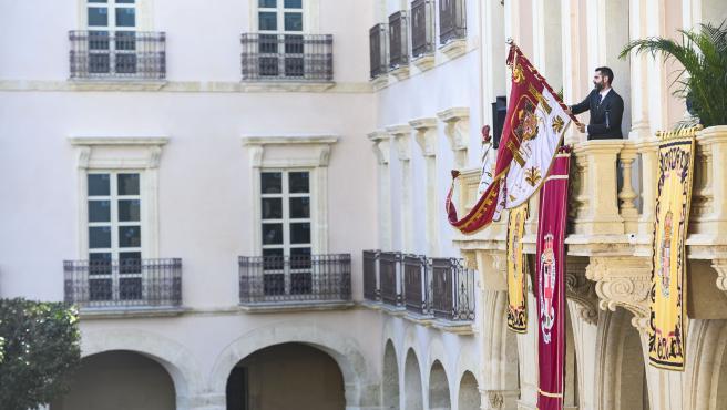 El alcalde de Almería sostiene el Pendón en el balcón principal del Ayuntamiento