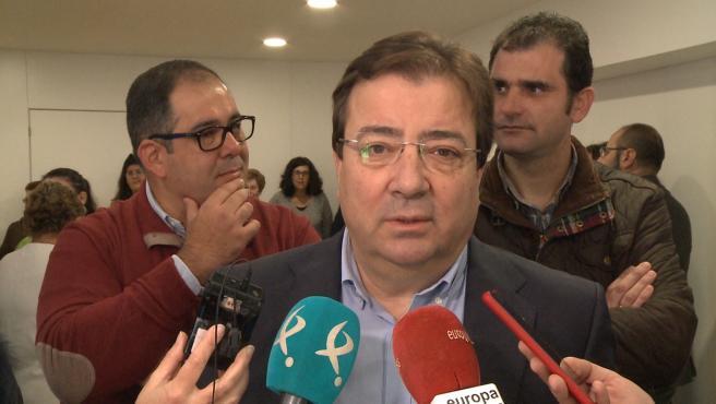 El presidente de la Junta, Guillermo Fernández Vara, atiende a los medios de comunicación