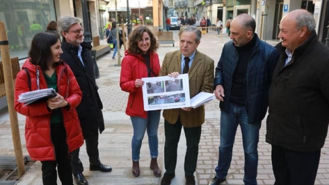 Fuentes (centro) en la presentación de la remodelación de la Plaza de Aladreros.