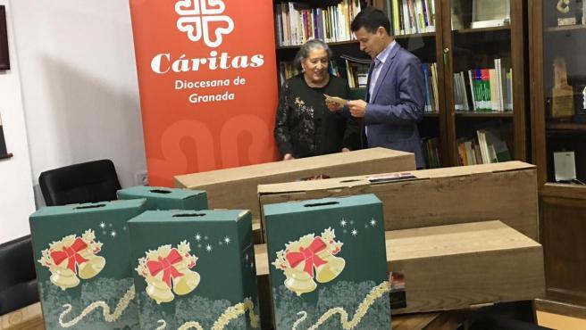 Imagen de la entrega de cestas de Navidad de Emasagra a Cáritas Granada