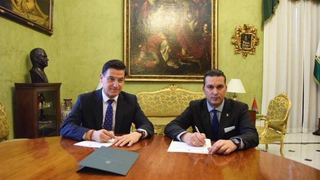 Imagen de la firma del convenio entre el Ayuntamiento de Granada y la Fundación Club Baloncesto Granada