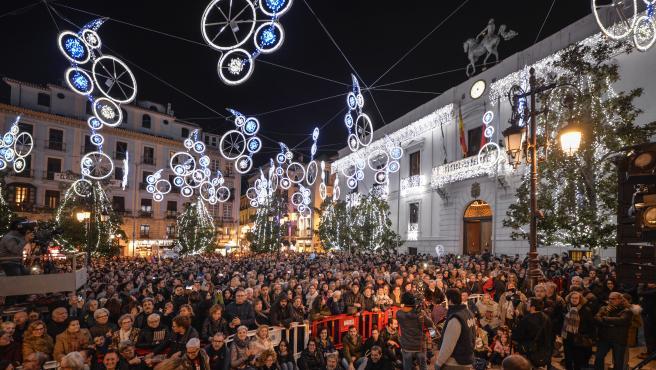 La fiesta de Nochevieja frente al Ayuntamiento de Granada, en la céntrica Plaza del Carmen, en una foto de archivo.