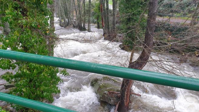 Torrente de agua en Garganta la Olla este sábado, 21 de diciembre