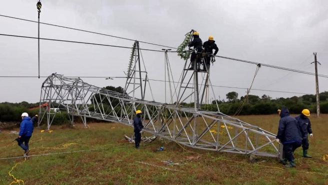Trabajos de reparación de una torre dañada en Menorca, en octubre de 2018.