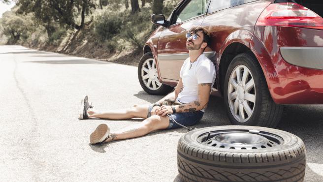 Hay una serie de trucos y consejos que puedes seguir para reducir el riesgo y salir ileso de un pinchazo en la autovía.