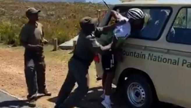 Indignante agresión de unos guardas forestales: detienen y rompen un brazo al ciclista Nic Dlamini en Sudáfric