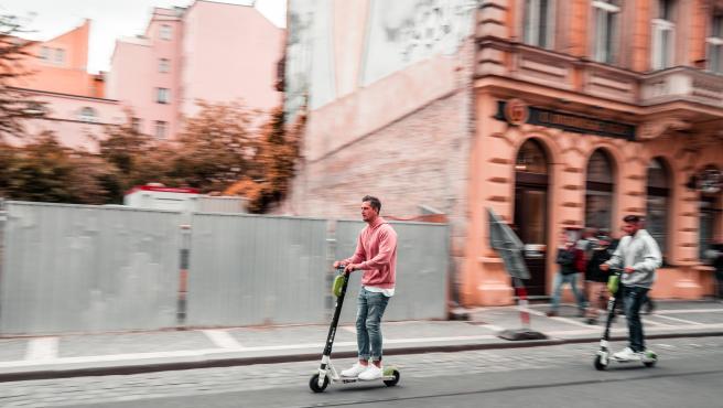 El patinete eléctrico da mayor autonomía y es más cómodo de conducir.