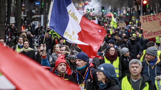 Manifestantes y 'chalecos amarillos' en una manifestación en el marco de una huelga general contra la reforma de las pensiones, en París.
