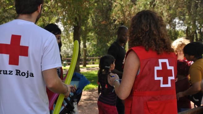 Miembros de Cruz Roja prestan atención a refugiados.