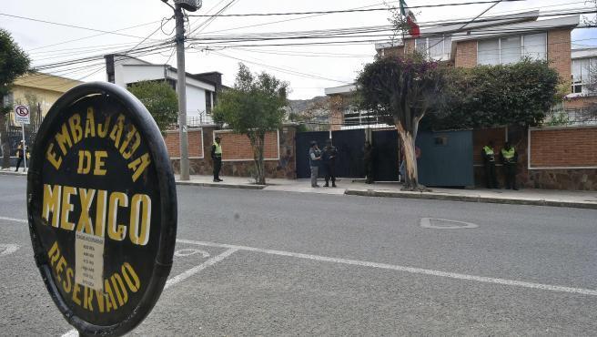 El Gobierno español ha respondido a las expulsiones de miembros de la delegación diplomática española en La Paz con la expulsión de tres diplomáticos bolivianos destinados en Madrid. La respuesta es una medida de reciprocidad habitual en este tipo de casos.