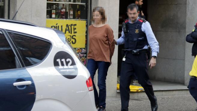 Los Mossos se llevan esposada a la mujer que ha ahogado a su hija de 10 años en la bañera en Girona.