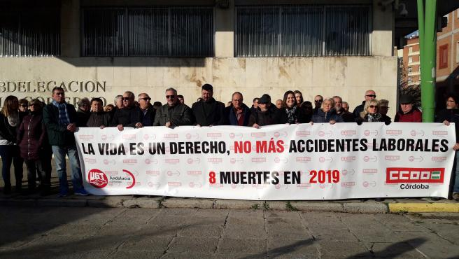 Los sindicatos CCOO y UGT se concentran ante la Subdelegación del Gobierno por los accidentes laborales mortales.