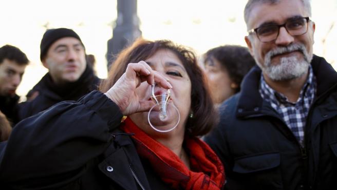 Pie de Foto: Una mujer y un hombre toman las 12 uvas durante las pruebas para las Campanadas 2019 en la Puerta del Sol de Madrid (España).