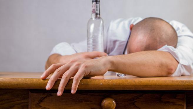 Dolor de cabeza, malestar estomacal, mareos o aturdimiento son algunos de los síntomas que provoca el consumo excesivo de alcohol.