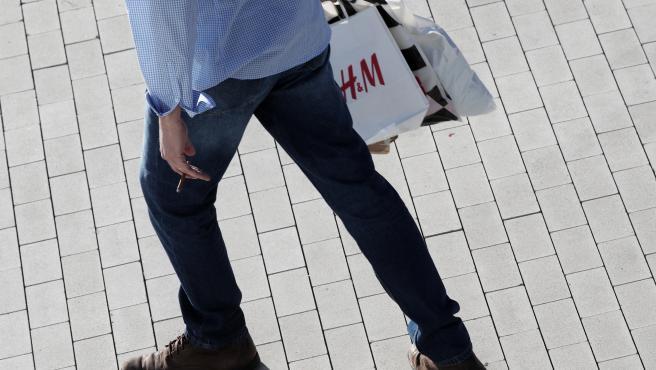 Un hombre de compras por una calle de Madrid, a 30 de diciembre de 2019.