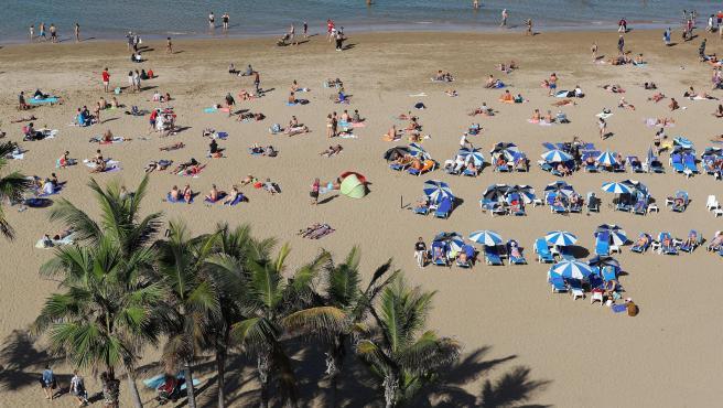 Miles de personas comienzan el año con un día de playa en Las Palmas de Gran Canaria.