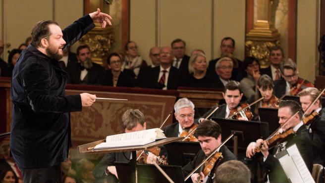 El letón Andris Nelsons (i) ha dirigido hoy a la Orquesta Filarmónica de Viena
