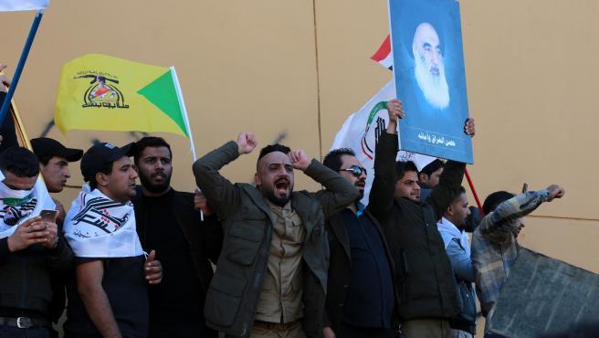 Manifestantes ante la embajada de EE UU en Bagdad.
