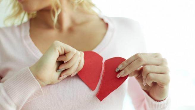 Mujer con el corazón roto