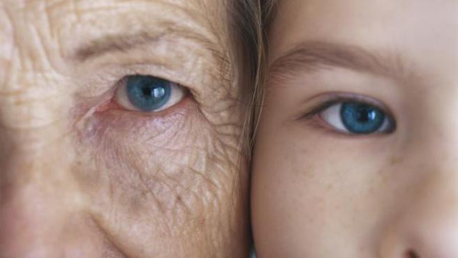 Imagen de una mujer anciana y una persona joven.