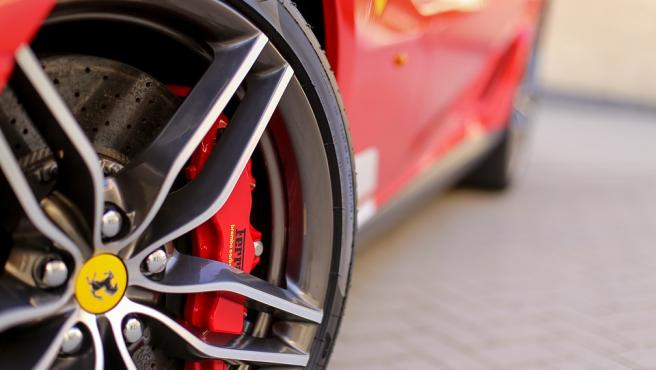 Llanta de un vehículo de Ferrari.