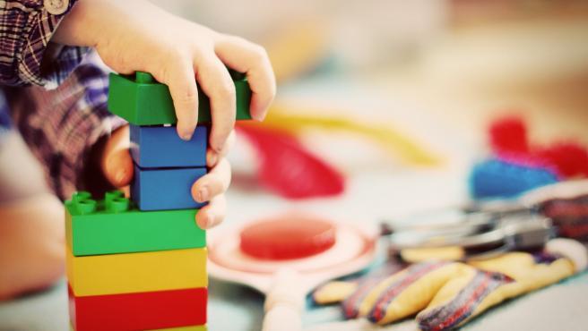 Misma situación que con la ropa de niños. Tienden a cansarse rápidamente de los juguetes, por lo que lo mejor es no invertir demasiado. Es especialmente útil cuando son más pequeños.